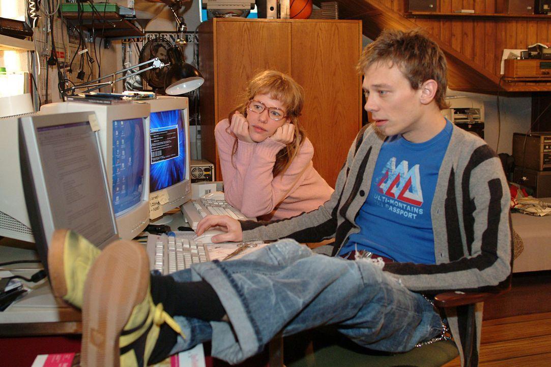 Lisa (Alexandra Neldel, hinten) und Jürgen (Oliver Bokern, vorne) machen sich an die Arbeit, Davids - Lisas Ansicht nach - genialen, aber völlig ung... - Bildquelle: Monika Schürle Sat.1
