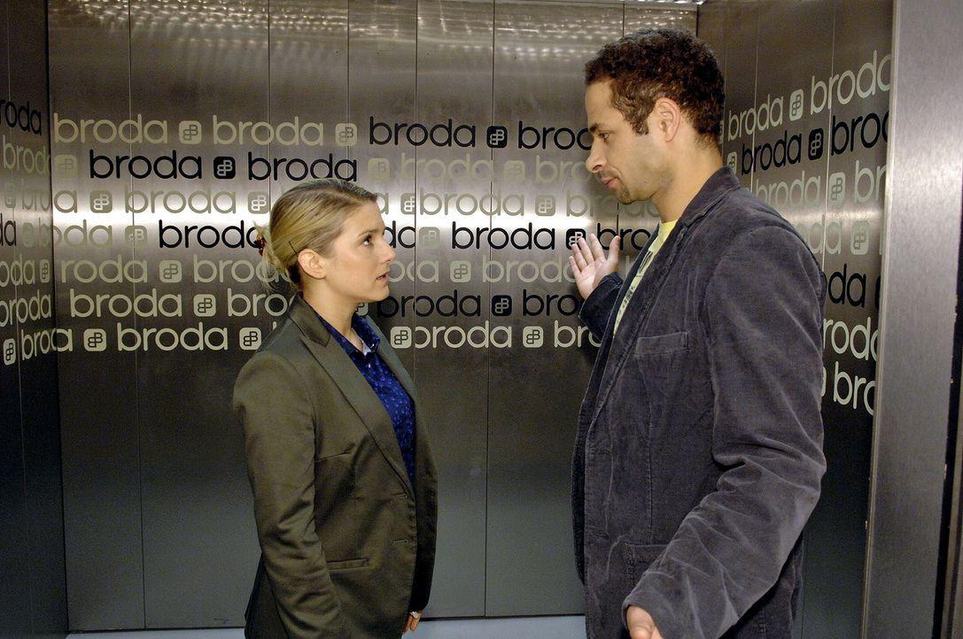 Vergeblich versucht Anna (Jeanette Biedermann, l.) sich gegenüber Jannick (Mike Adler, r.) wegen des Kusses zu verteidigen ... - Bildquelle: Claudius Pflug Sat.1