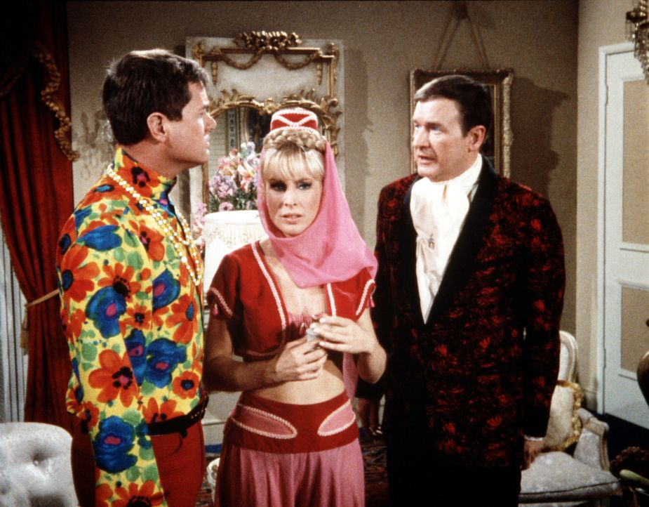 Jeannie (Barbara Eden, M.) wurde mit magischen Parfums verhext. Jetzt hasst sie plötzlich Tony (Larry Hagman, l.) und liebt Roger (Bill Daily, r.). - Bildquelle: Columbia Pictures