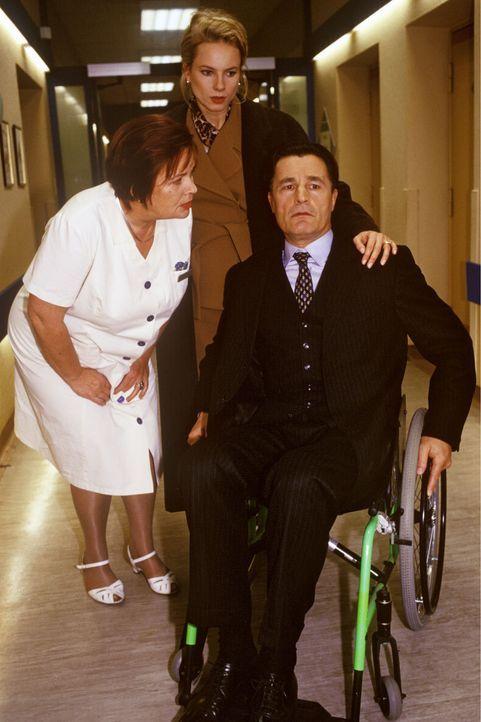 Gegen seinen Willen wird der querschnittsgelähmte Sylvester Limmer (Max Volkert Martens, r.) von seiner Frau Milena (Susanne Hoss, M.) ins Krankenh... - Bildquelle: Noreen Flynn Sat.1