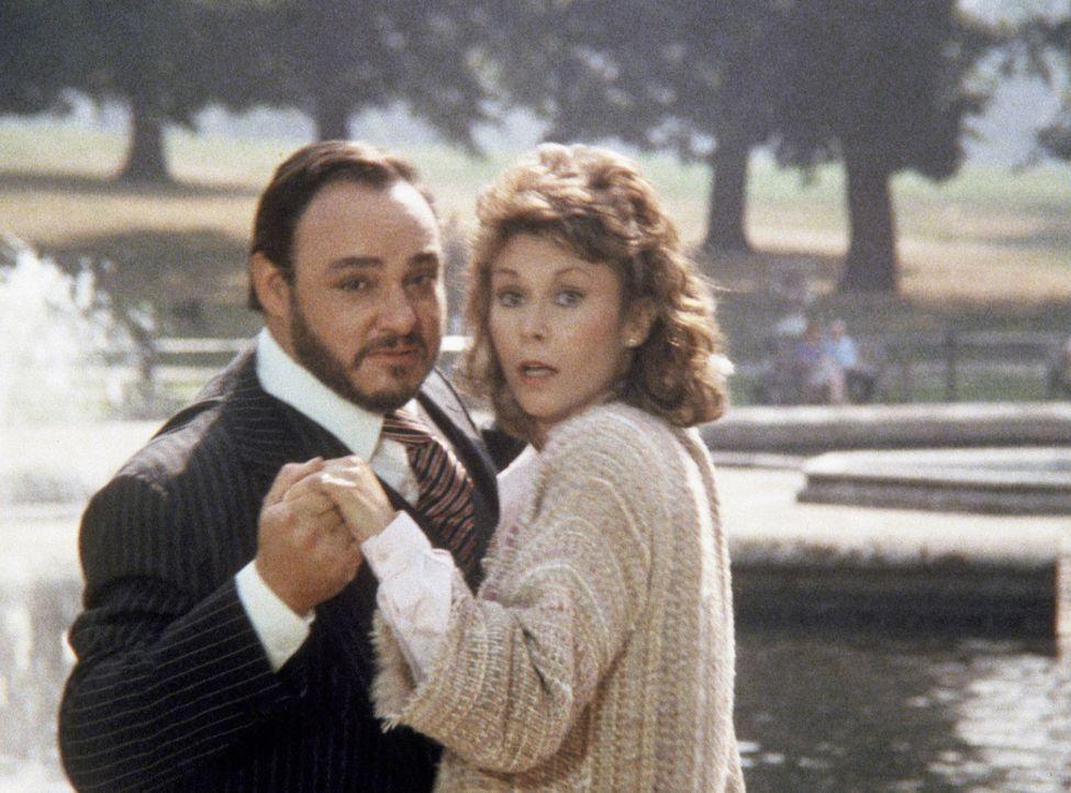 Lord Bromfield (John Rhys-Davies, l.) in scheinbar eindeutiger Situation mit Amanda (Kate Jackson) ... - Bildquelle: CBS Television