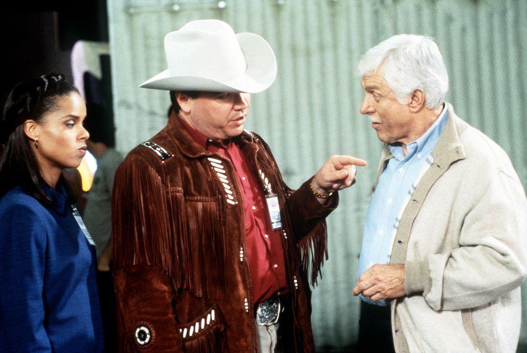 Mark (Dick Van Dyke, r.) und Amanda (Victoria Rowell, l.) bemühen sich, von dem Countrysänger Dusty (W. Earl Brown, M.) Informationen über den ermor... - Bildquelle: Viacom