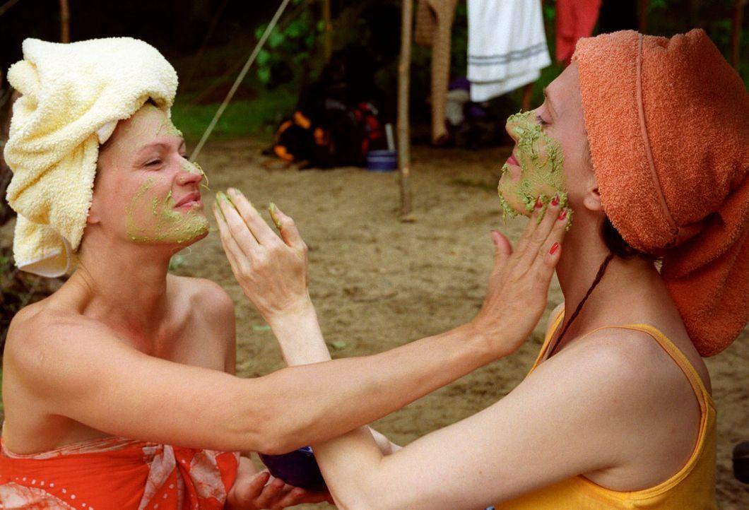 Michaela (Nina Kronjäger, l.), Gisela (Friederike Wagner, r.) und Sonja legen einen Beauty-Tag ein ... - Bildquelle: Oliver Ziebe Sat.1