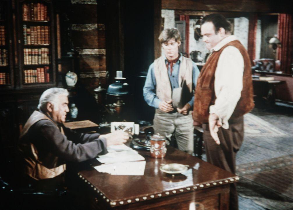 Nachdem Hoss (Dan Blocker, r.) den Verbrecher Makay durch einen unglücklichen Zufall tötet, fühlen er und Ben (Lorne Greene, l.) sich für Makays Soh... - Bildquelle: Paramount Pictures