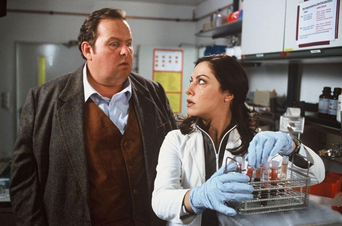Gottfried Engel (Ottfried Fischer, l.) befragt Dr. Simon (Simone Thomalla, r.) zu einem tödlichen Virus. - Bildquelle: Krumwiede SAT.1 / Krumwiede