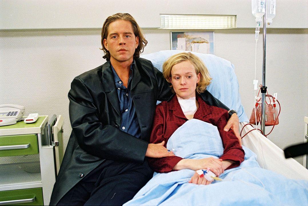 Die bekannte Rundfunkmoderatorin Sandra Hartland (Caroline Redl, r.) muss an einem Schilddrüsentumor operiert werden. Dr. Stein übernimmt die OP - m... - Bildquelle: Noreen Flynn Sat.1