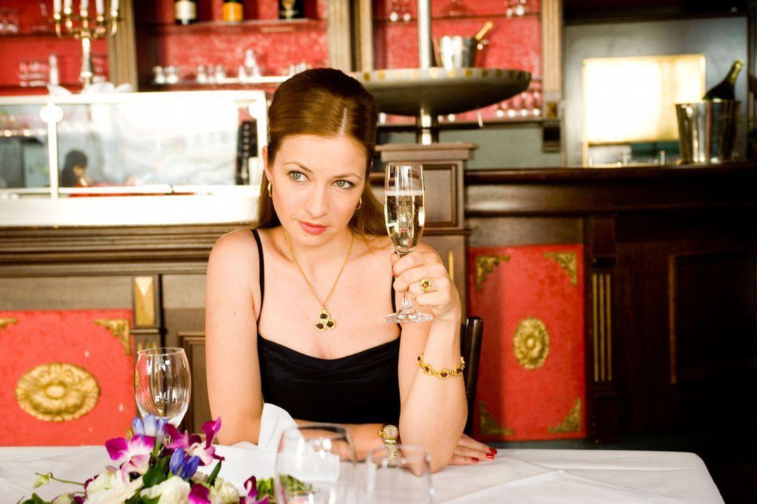 Um Mia auszuschalten, macht sich Antonia (Loretta Stern) an den vermeintlichen Millionär ran. Doch schon bald ist ihr klar, dass dieser kein echter... - Bildquelle: SAT.1
