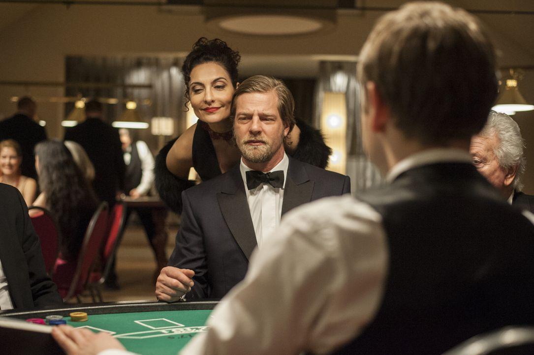 Als Mick (Henning Baum, r.) und Andreas durch Meisners Hilfe erfahren, dass das Mordopfer anscheinend in Glücksspielmanipulationen verwickelt war, m... - Bildquelle: Martin Rottenkolber SAT.1 / Martin Rottenkolber