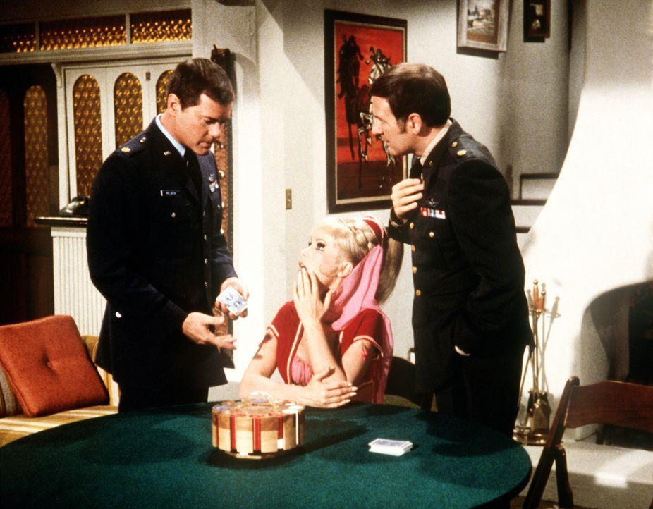 Vor der dritten Pokerrunde wollen Tony (Larry Hagman, l.) und Roger (Bill Daily, r.), dass Jeannie (Barbara Eden, M.) einen Stuhl herbeizaubert, auf... - Bildquelle: Columbia Pictures