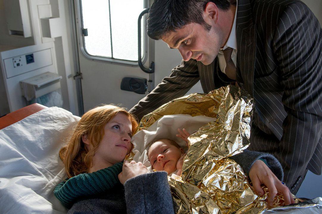 Eine glückliche Familie: Dana (Karoline Herfurth, l.), Andreas (Maximilian Grill, r.) und ihr kleiner Sohn ... - Bildquelle: Martin Rottenkolber SAt.1