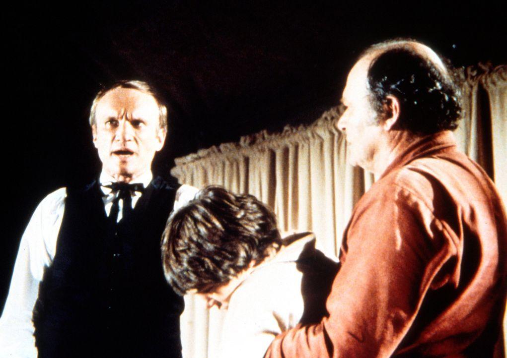Matthew Dodds (Tom Rosqui, r.) bringt seinen kranken Sohn Timothy (Joey Seifers, M.) zu Reverend Danforth (James Olson, l.), der sich in Walnut Grov... - Bildquelle: Worldvision