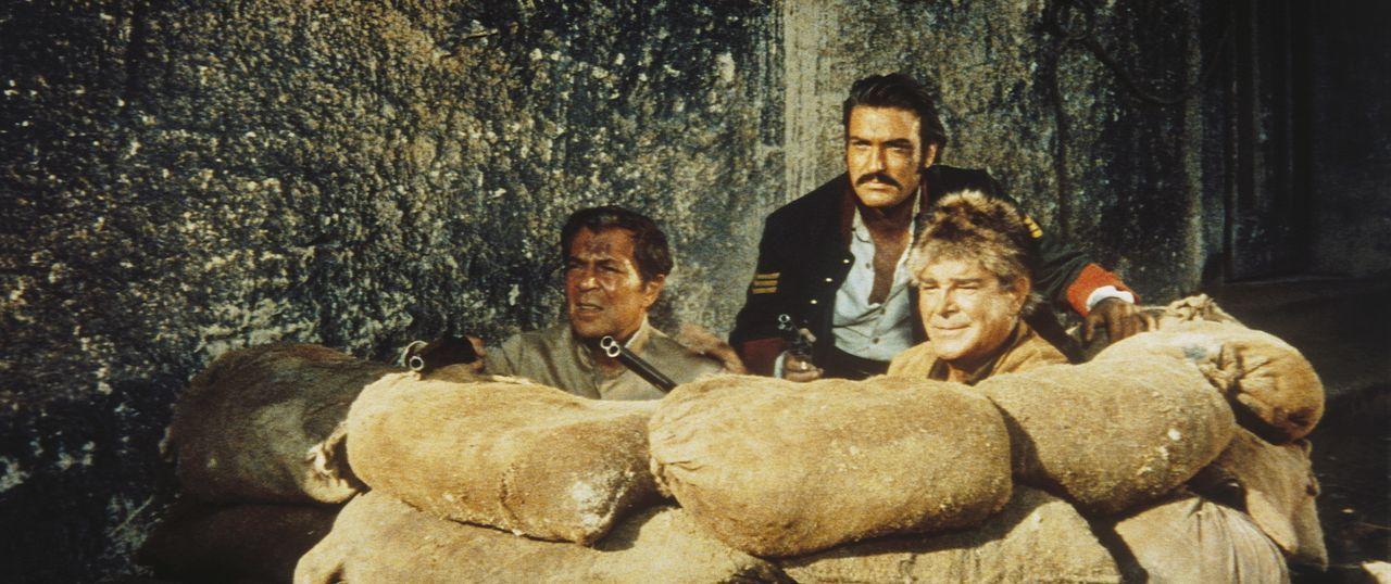 Ravenhurst (Viktor De Kowa, l.), Sargent Mendoza (Rik Battaglia, M.) und Old Firehand (Rod Cameron, r.) liegen mit geladenen Gewehren auf der Lauer... - Bildquelle: Tobis Film