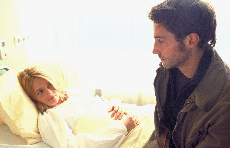 Finden langsam zueinander: Sarah (Laura Schuhrk, l.) und Daniel (Benjamin Sadler, r.) ... - Bildquelle: Stephan Rabold ProSieben/Rabold