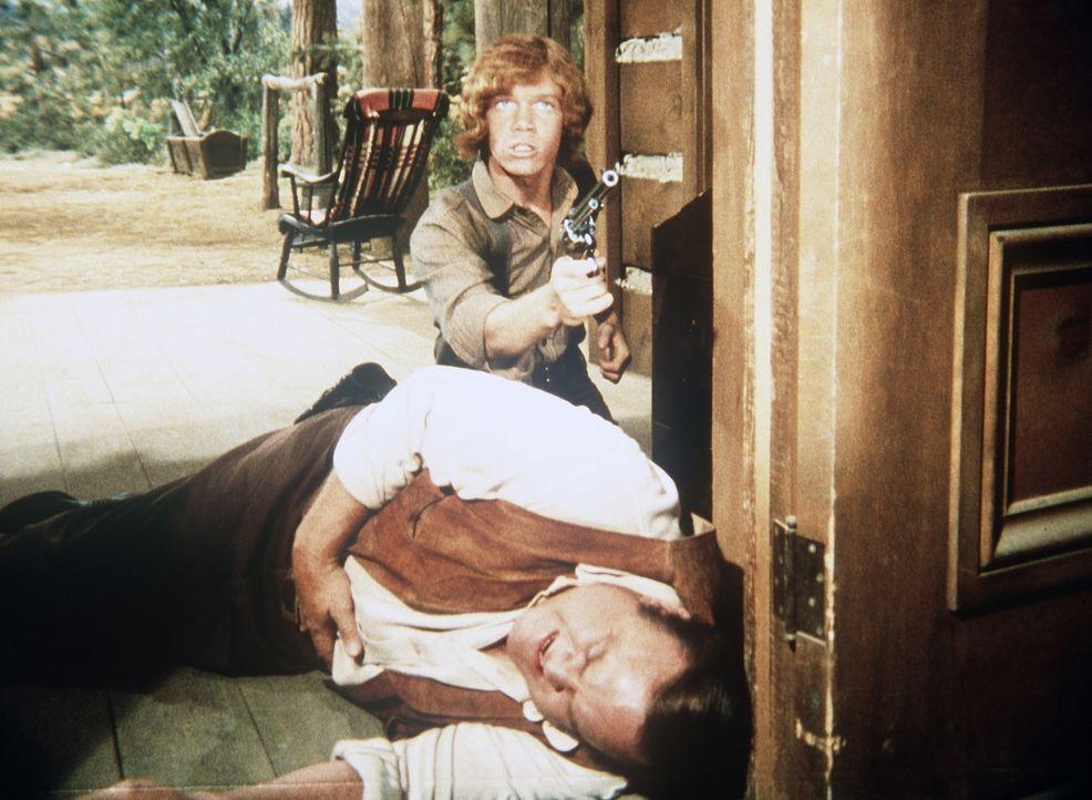 Bei einem Überfall auf die Ponderosa ist Hoss Cartwright (Dan Blocker, vorne) schwer verwundet worden. Jamie (Mitch Vogel, hinten) versucht, sich ge... - Bildquelle: Paramount Pictures