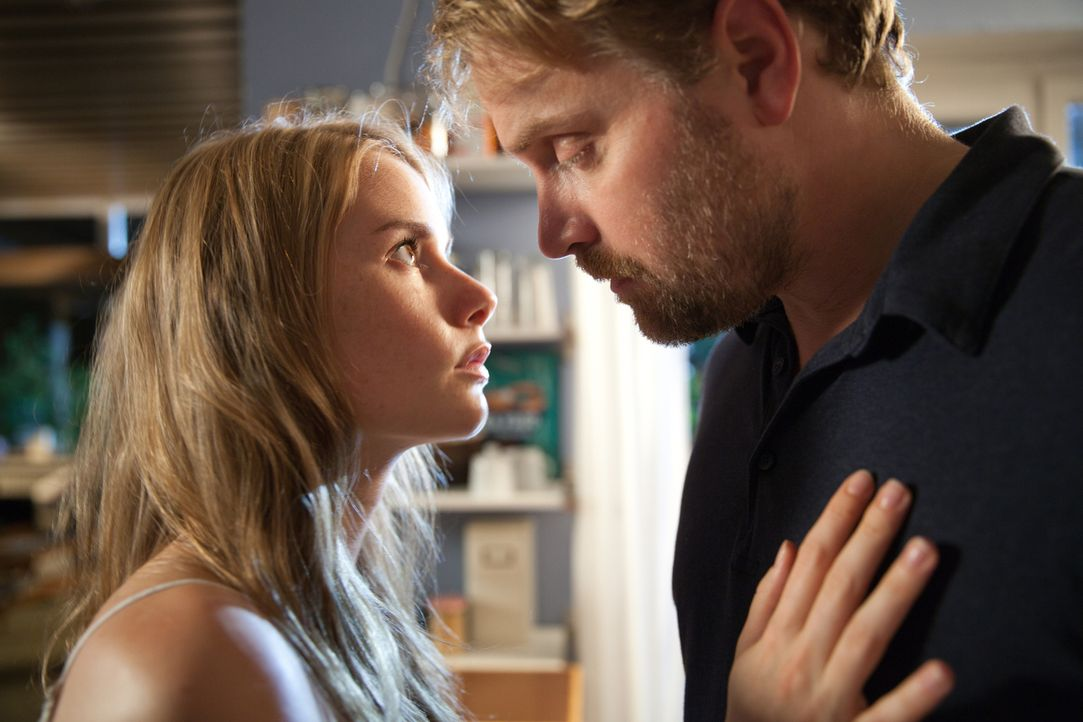 Immer wieder fühlt sich Frank (Janek Rieke, r.) zu Tamara (Anna Hausburg, l.) hingezogen. Für den treuen Ehemann und Vater eine Situation, die er si... - Bildquelle: Maor Waisburd SAT.1