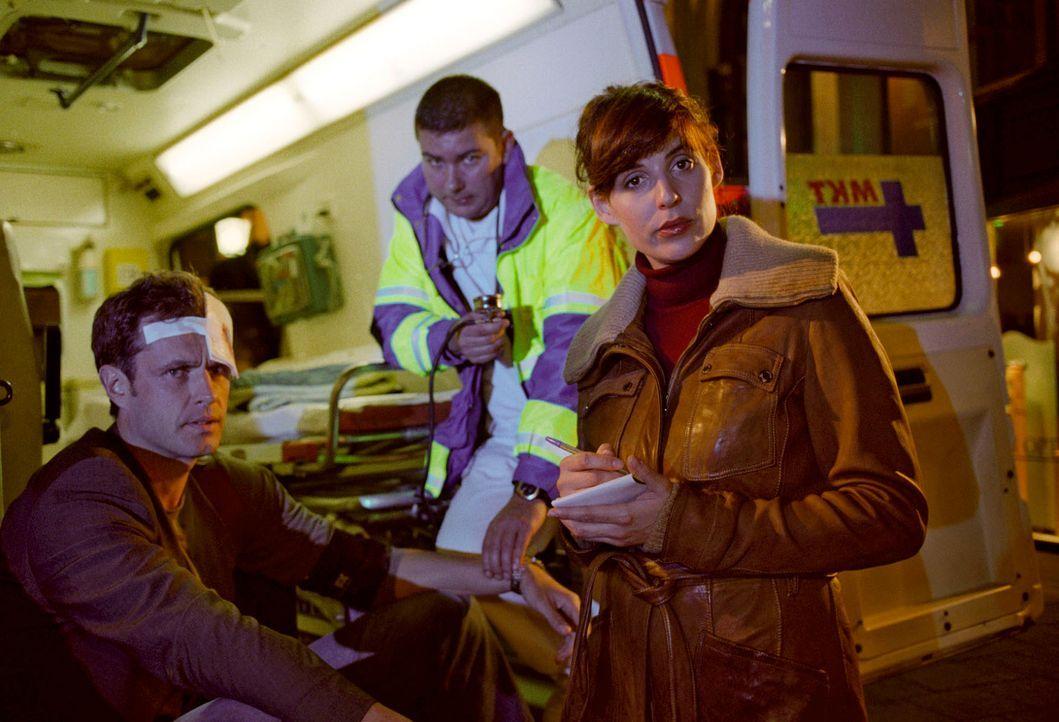 """Nina (Elena Uhlig, r.) versucht herauszufinden, ob der Kronzeuge im Fall Hauker tatsächlich """"zufällig"""" aus dem Fenster fiel. Sie befragt seinen Pers... - Bildquelle: Christian A. Rieger Sat.1"""