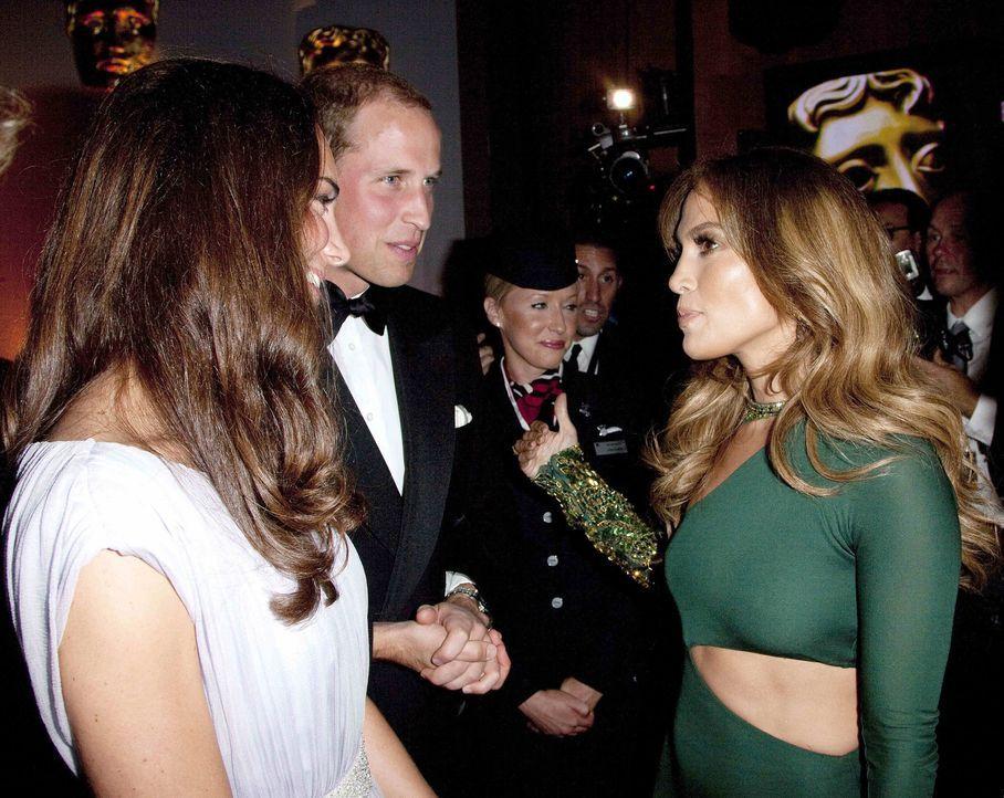 Duke William (M.) und Duchess Catherine (l.) of Cambridge mit Jennifer Lopez (r.) - Bildquelle: INFINITY VIDEO LTD