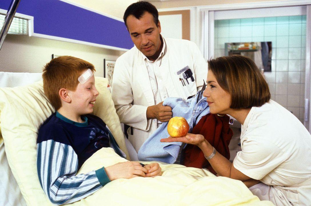 Dr. Stein (Christoph Schobesberger, M.) und Stephanie (Claudia Schmutzler, r.) sind froh, dass ihr Patient Thommy (Max Riedel, l.) bei dem Autounfal... - Bildquelle: Noreen Flynn Sat.1