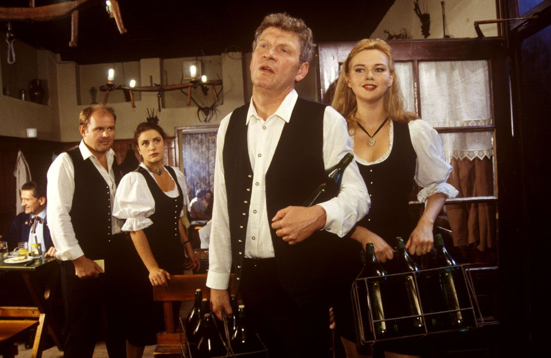 Wirt Hans Felsner (Michael Rastl, vorne l.) und seine Schwägerin Gerda Felsner (Veronica Ferres, vorne r.) kommen gut gelaunt aus dem Weinkeller in... - Bildquelle: Ali Schafler Sat.1