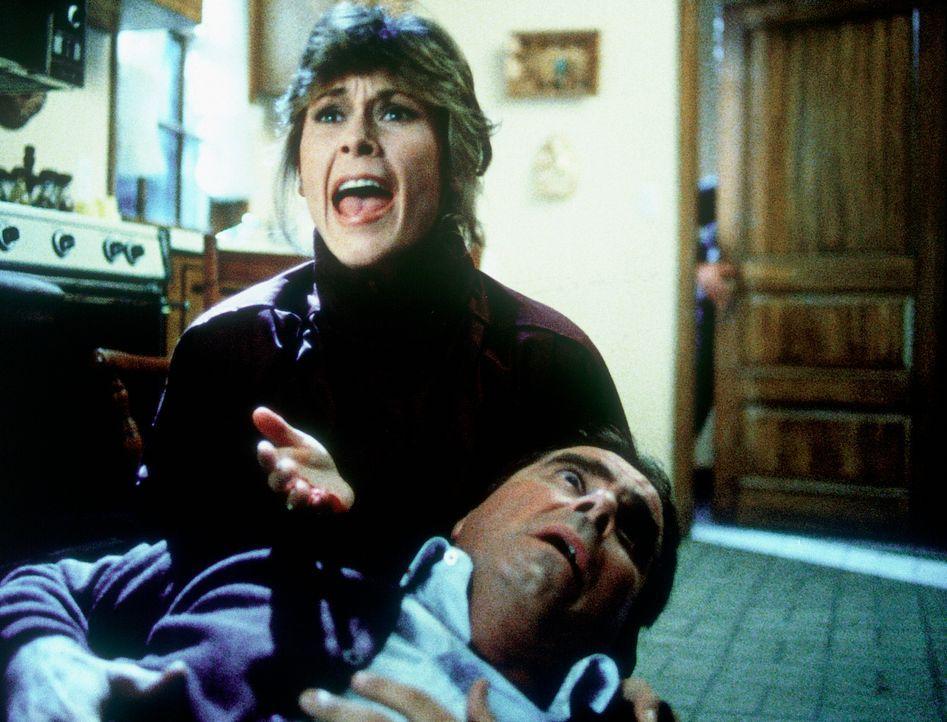 Auf mysteriöse Weise stirbt ein unschuldiger Reihenhausbesitzer in den Armen von Amanda (Kate Jackson, l.). - Bildquelle: CBS Television