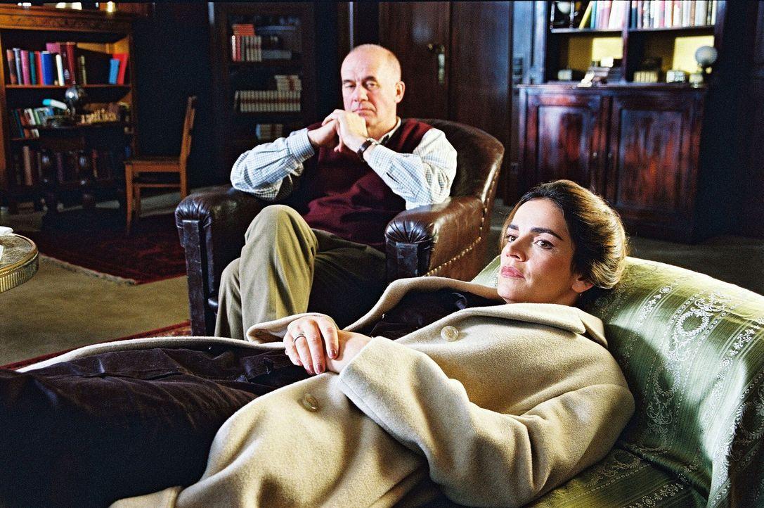 Sandra (Rebecca Immanuel, r.) hat es sich auf der Couch von Alfred Mendel (Hanns Zischler, l.) gemütlich gemacht. - Bildquelle: Hardy Spitz SAT.1