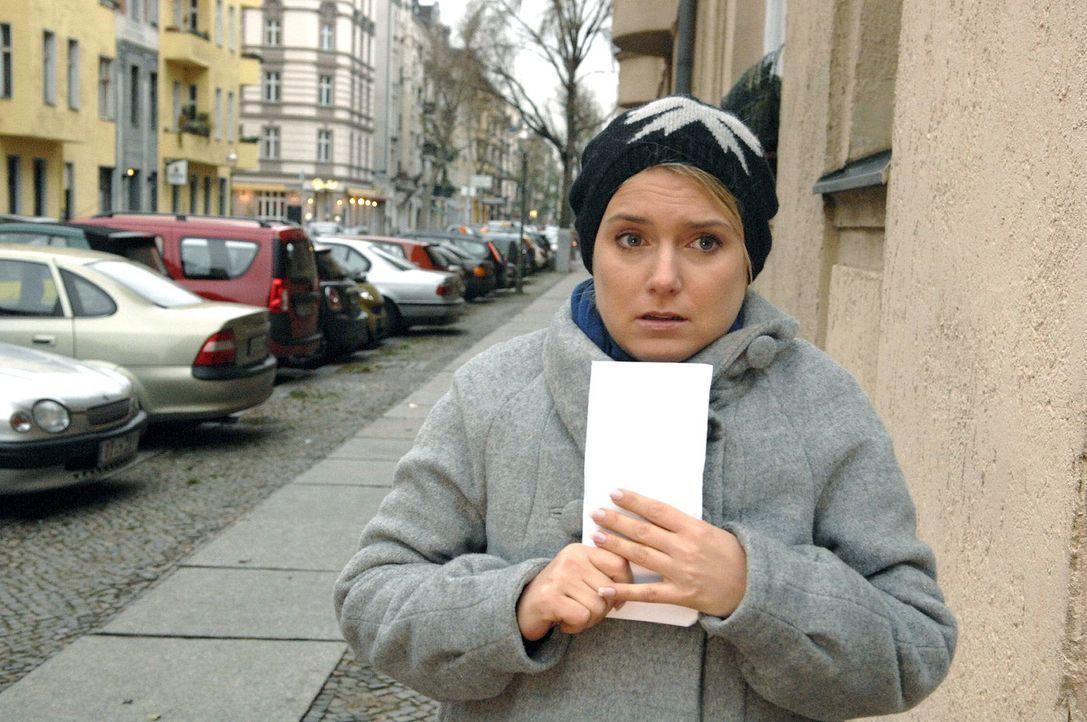 Anna (Jeanette Biedermann) ist auf dem Weg, um die Filmrollen wiederzubekommen. - Bildquelle: Claudius Pflug Sat.1
