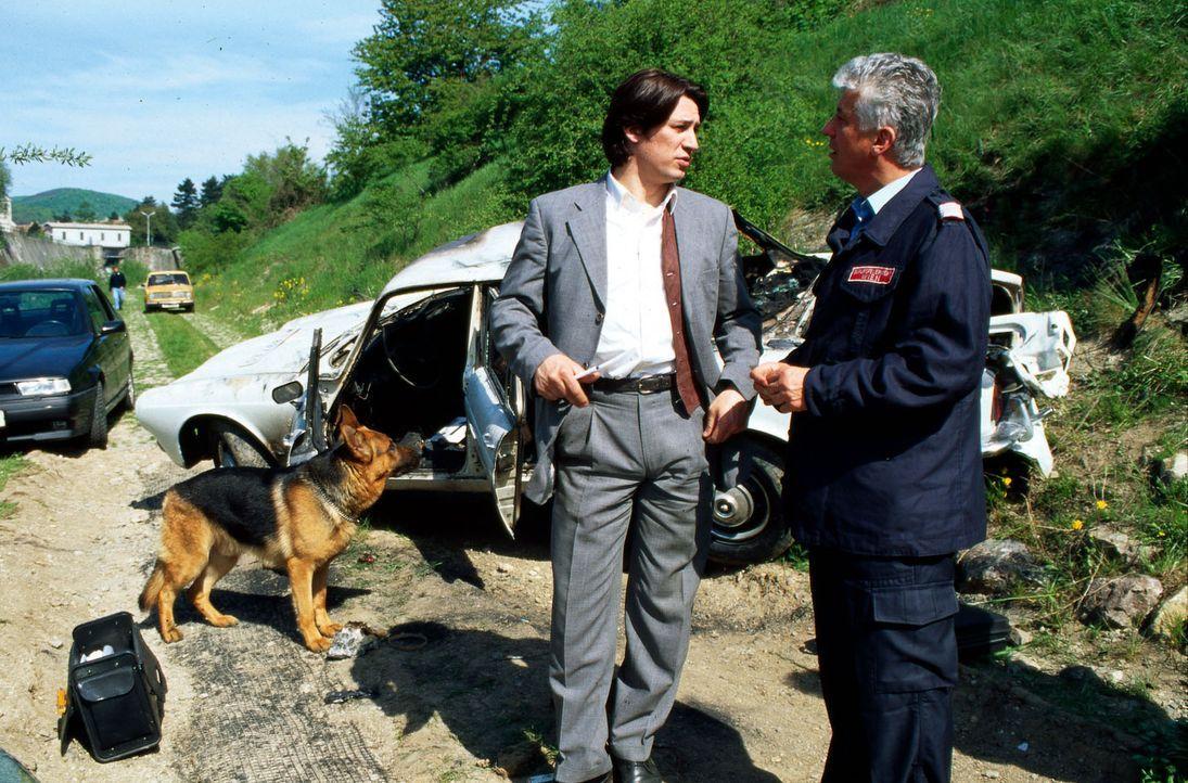 Der Brandexperte (Michael Gampe, r.) hat bei dem Unfallhergang des abgestürzten und explodierten Autos Ungereimtheiten festgestellt. Er bittet Kommi... - Bildquelle: Ali Schafler Sat.1