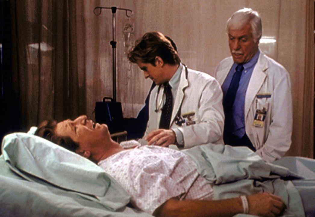 """Mark (Dick Van Dyke, r.) und Jessie (Charlie Schlatter, M.) versuchen alles, um dem """"sterbenden"""" Garth Zand ein Geständnis zu entlocken ... - Bildquelle: Viacom"""