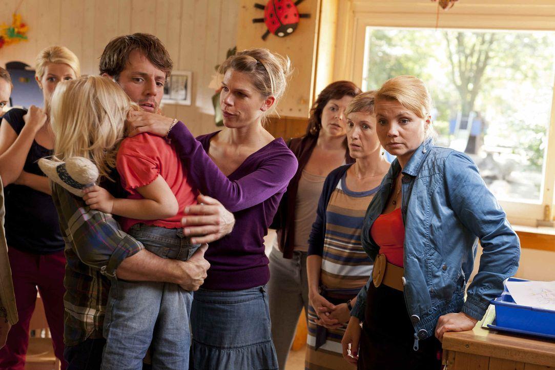 Danni (Annette Frier, r.) versucht mit allen Mitteln herauszufinden, ob sich Erzieher Manuel wirklich an Emma (Emma Scheffer, 2.v.l.), einem Mädchen... - Bildquelle: Frank Dicks SAT.1