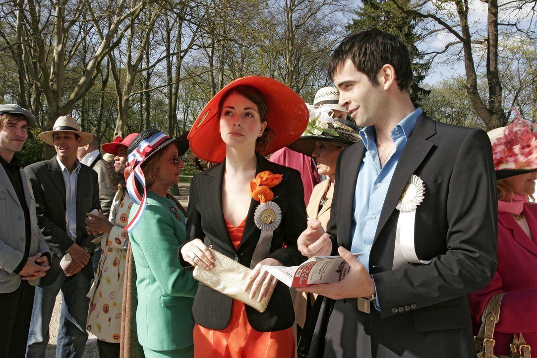 Mariella (Bianca Hein, l.) kann nicht verstehen, dass David (Mathis Künzler, r.) sich mehr für die Pferde als für seine Gäste interessiert. - Bildquelle: Noreen Flynn Sat.1