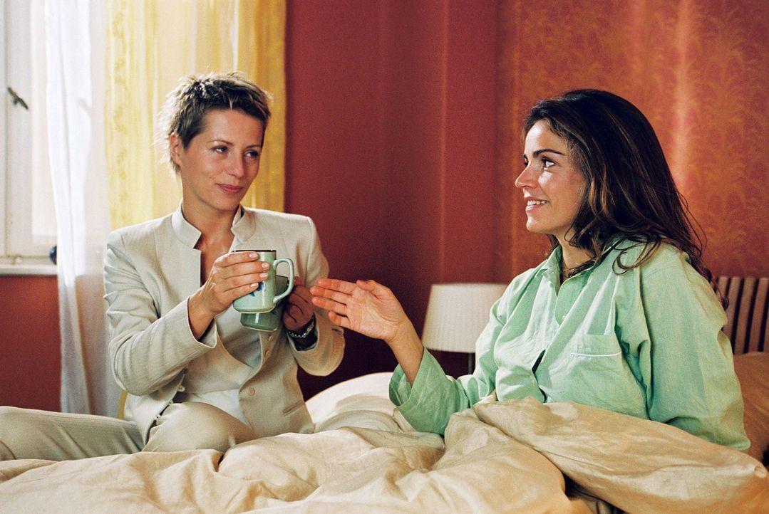 Während Felix hinter Gittern sitzt, trinkt Sandra (Rebecca Immanuel, r.) mit Patricia (Barbara Demmer, l.) ihren Morgenkaffee. Ihre Gedanken sind je... - Bildquelle: Hardy Spitz Sat.1