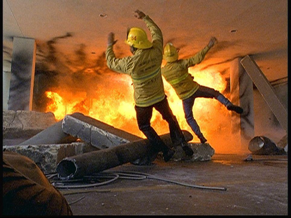 Eine Bombenexplosion reißt mehrere Feuerwehrleute in den Tod. - Bildquelle: Viacom