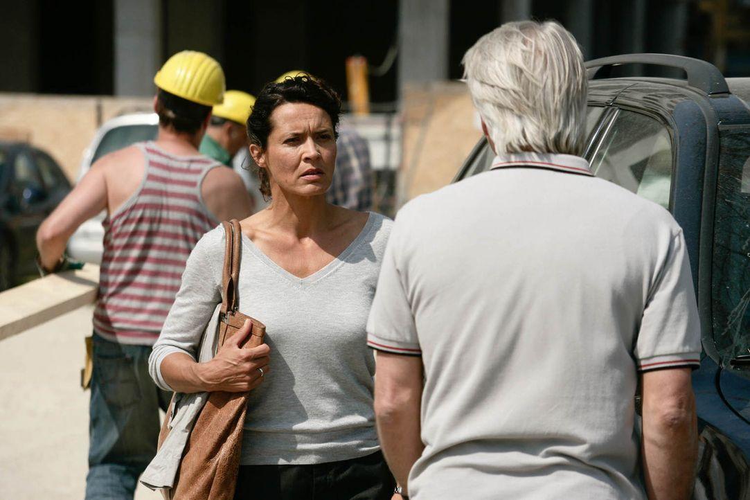 Als Richard (Christoph M. Ohrt, r.) erfährt, dass seine Noch-Ehefrau Silke (Ulrike Folkerts, l.) schwanger von einem 25-Jährigen ist, reagiert er zi... - Bildquelle: Gabor Klinsky Sat.1