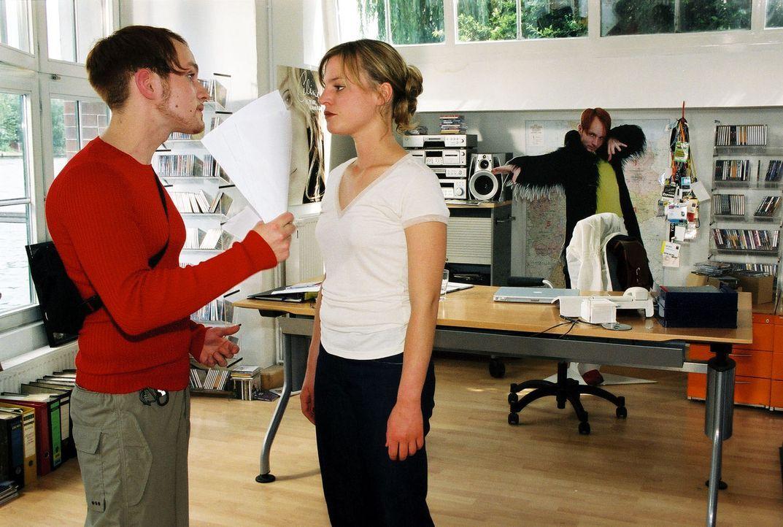 Nina (Maria Simon, r.) versucht, den aufgebrachten Robin (Robin Grubert, l.) zu beruhigen. - Bildquelle: Susan Skelton Sat.1