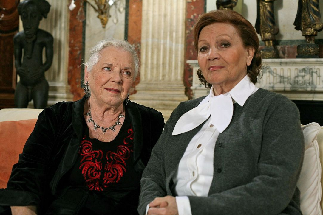 Resi (Ruth Drexel, l.) verdächtigt Frau Grimpelstätter (Louise Martini, r.) des Mordes an ihrer Freundin Gerda Feuereisen. Ein Motiv hätte sie ... - Bildquelle: Petro Domenigg Sat.1