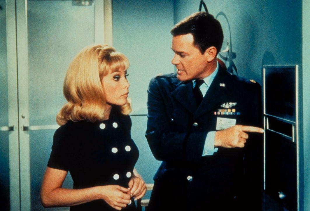 Jeannie (Barabara Eden, l.) macht aus der ganzen NASA ein Tollhaus, was Tony (Larry Hagman, r.) sehr bekümmert. - Bildquelle: Columbia Pictures