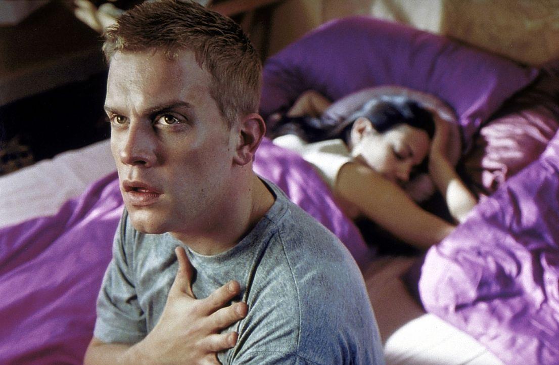 Nacht für Nacht quält Hypochonder Stefan (Sebastian Bezzel, l.) der gleiche Albtraum: Sein Medikamentenschrank ist leer, und die Herzattacke naht. U... - Bildquelle: Kaysser ProSieben