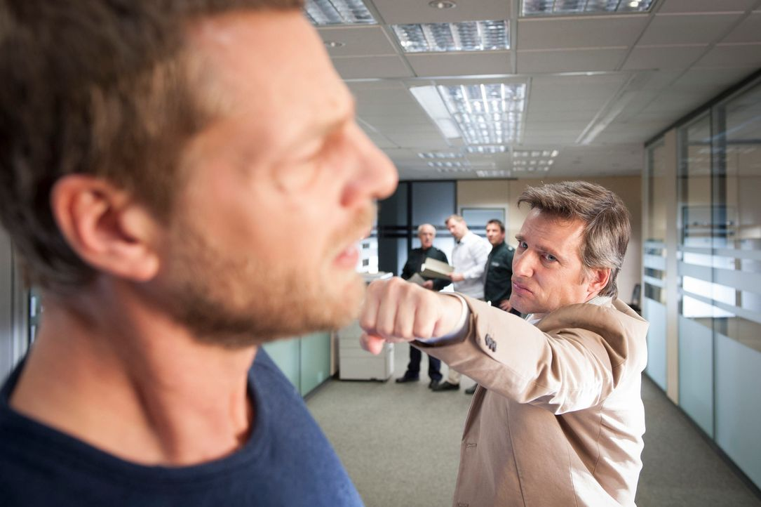 Kurz vor der Abreise nach Afrika zeigt Dr. Niklas Hold (Rene Steinke, r.) offen seine Abneigung gegen Mick (Henning Baum, l.) ... - Bildquelle: Martin Rottenkolber SAT.1