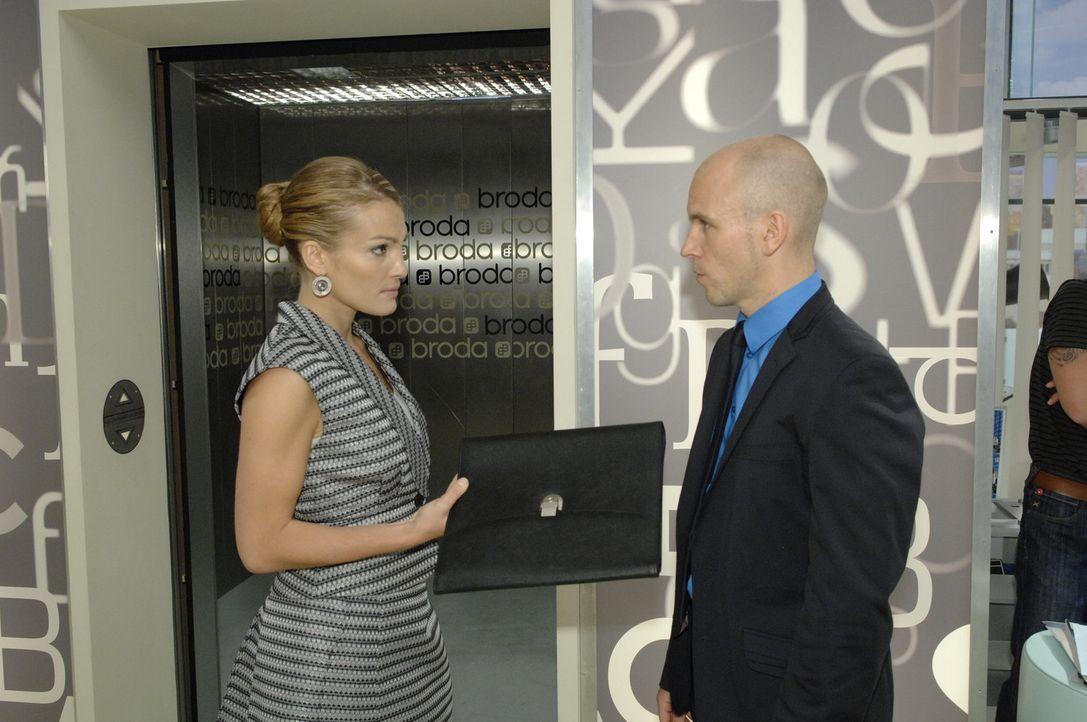 Gerrit (Lars Löllmann, r.) ist schockiert, als er erfährt, dass Annett (Tanja Wenzel, l.) Geschäftsführerin von Broda & Broda werden soll ... - Bildquelle: Claudius Pflug Sat.1