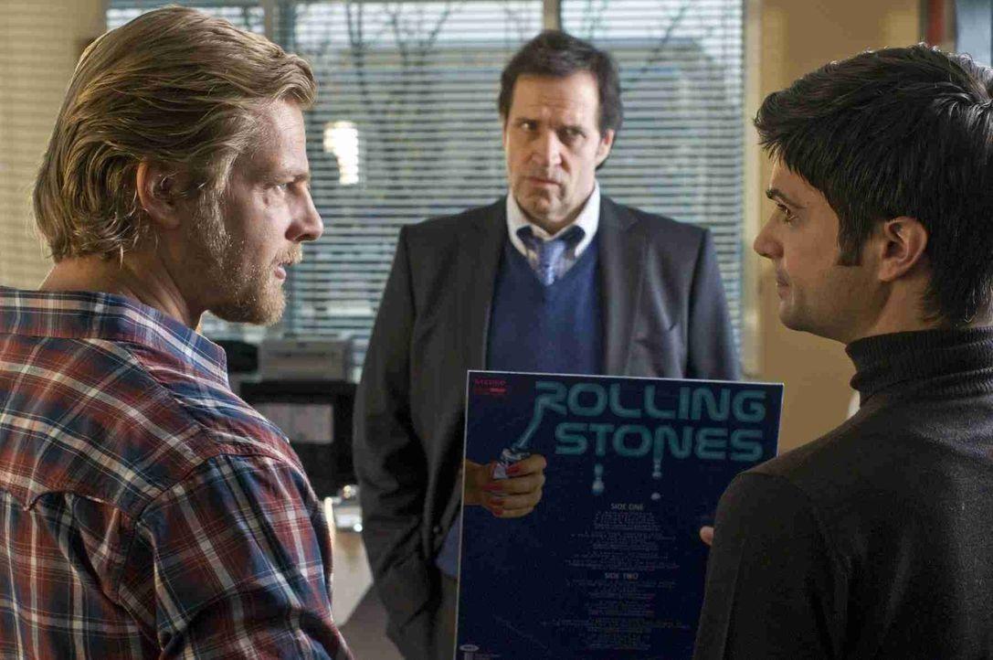 In letzter Sekunde gelingt es Andreas (Maximilian Grill, r.), Mick (Henning Baum, l.) bei seinem Vorgesetzten Martin Ferchert (Helmfried von Lüttich... - Bildquelle: Martin Rottenkolber SAT. 1