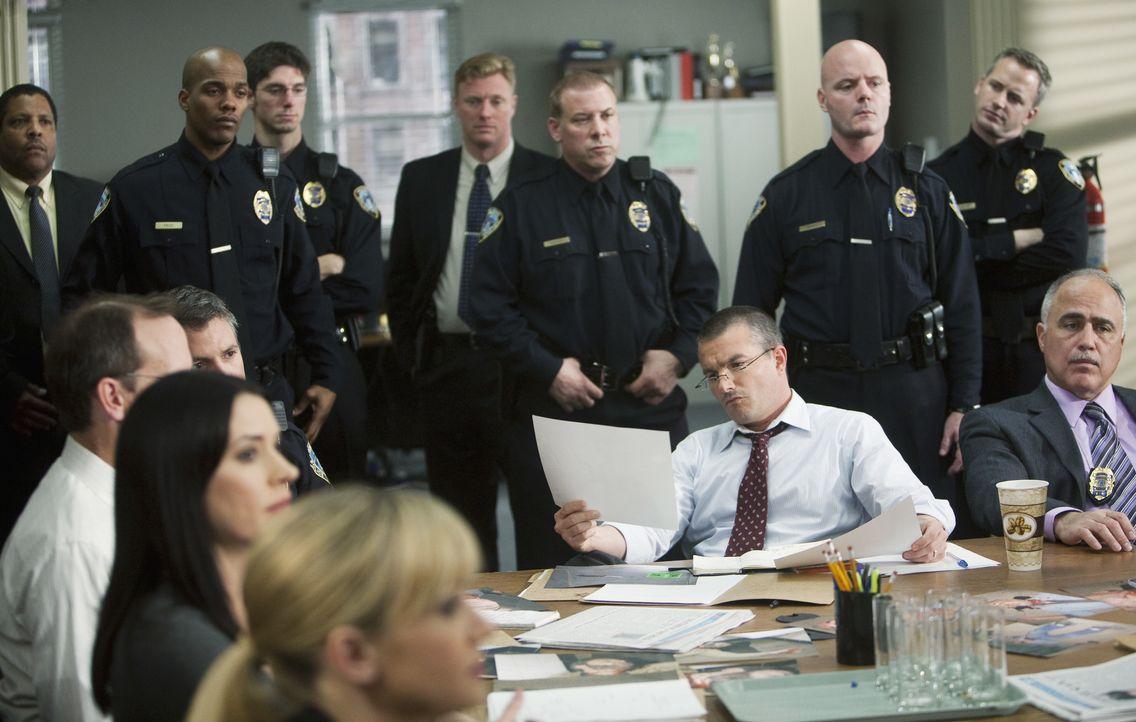 Alle beteiligten Ermittler werden auf den Fall vorbereitet: Detective Jake Moreland (Frank John Hughes, M.) ... - Bildquelle: Randy Holmes 2010 ABC Studios. All rights reserved./ Randy Holmes / Randy Holmes