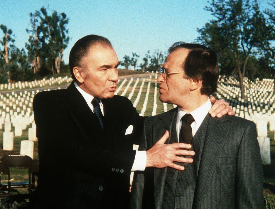Nachdem seine Pläne, den Westen militärisch zu überrollen, scheitern, setzt sich Kreschenko (John Colicos, l.) mit seinem Mitarbeiter Anatolij (r.)...