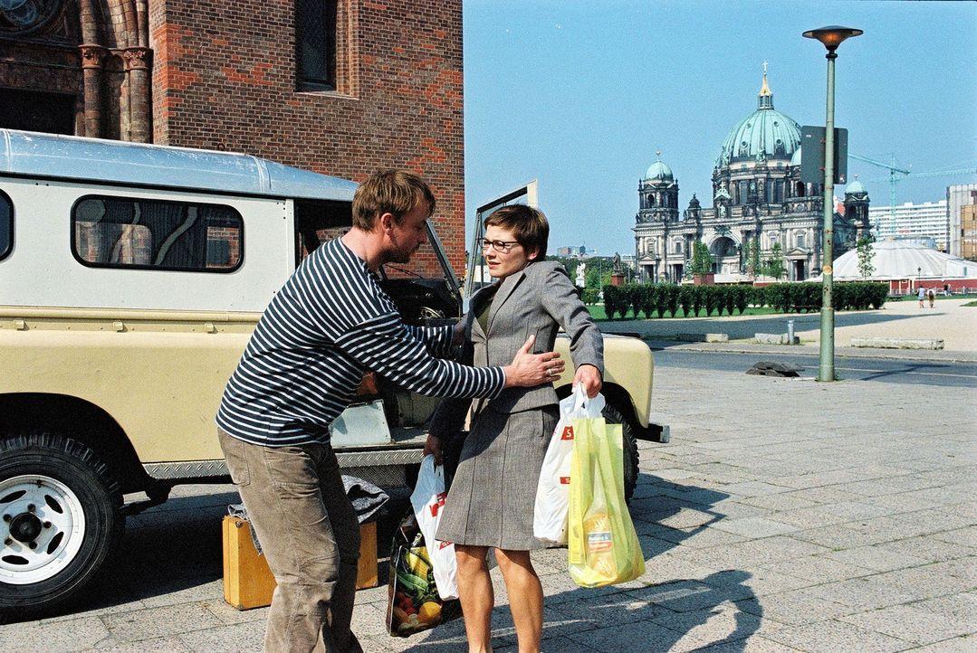 Erste Begegnung auf der Straße. Nach ihrem Einkauf rennt Anna (Claudia Schmutzler, r.) direkt in die Arme von Jan (Eckhard Preuß, l.). - Bildquelle: Susan Skelton Sat.1