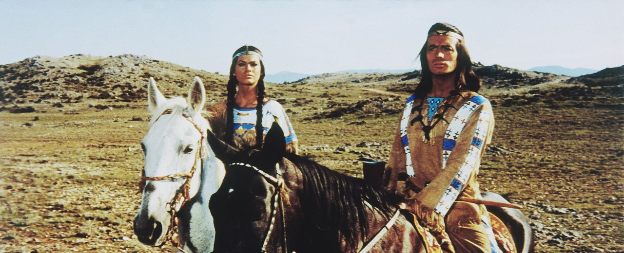 Winnetou (Pierre Brice, r.) und seine Schwester Nscho-tschi (Marie Versini, l.) sehen den Banditen Silers und dessen Gefolgsleute auf sich zukommen... - Bildquelle: Tobis Film