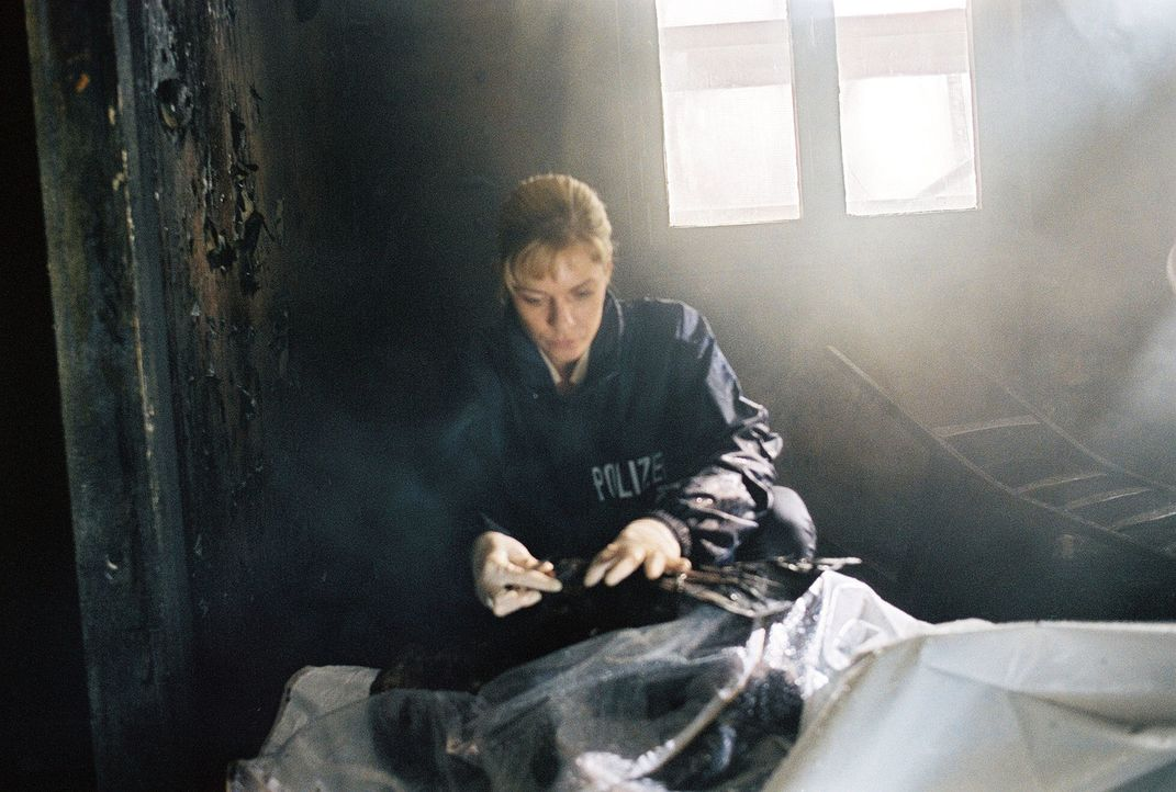 Susanna Beckert (Lisa Martinek) glaubt nicht an einen Brandunfall. - Bildquelle: Wolfgang Wehner Sat.1