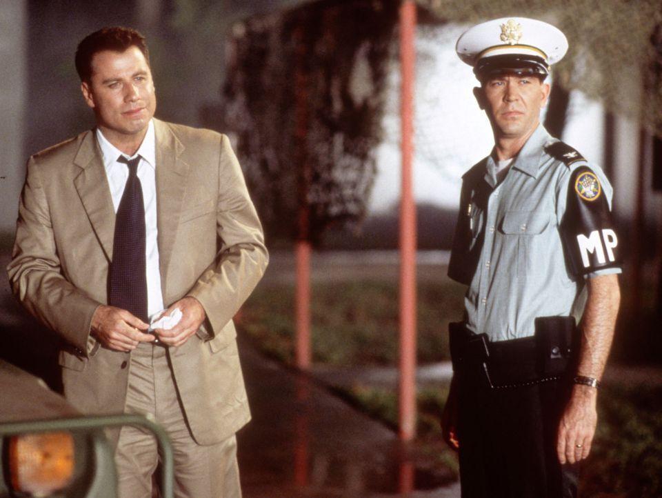 Mit der Hilfe von William Kent (Timothy Hutton, r.) stößt der ehrgeizige Paul Brenner (John Travolta, l.) auf brisante Hinweise ... - Bildquelle: TM & Copyright   2017 by Paramount Pictures. All rights reserved.