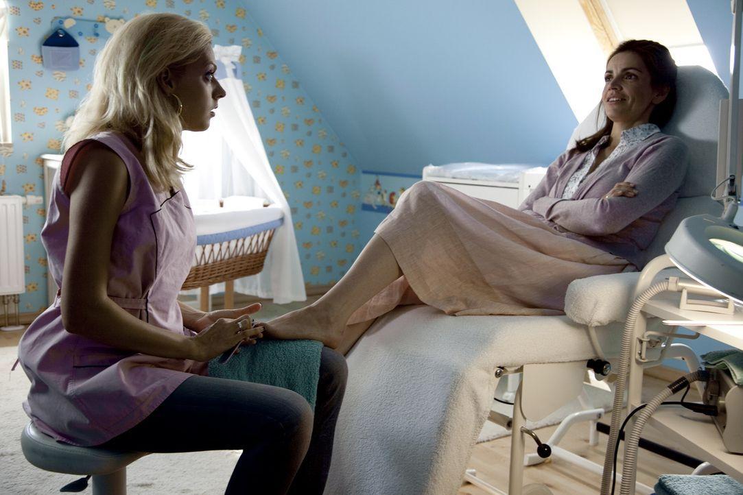 Erst spät erkennt Moni (Rebecca Immanuel, r.), dass ihre Freundin Nicole (Nadja Petri, l.) diejenige ist, mit der ihr Ehemann ein Verhältnis hat. Da... - Bildquelle: Oliver Vaccaro SAT.1
