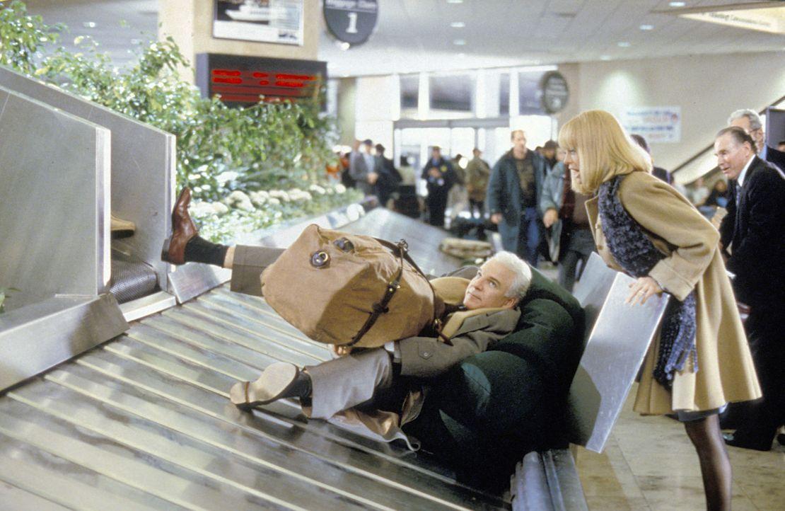 Am Flughafen gelandet, traut Nancy (Goldie Hawn, r.) ihren Augen nicht: Ihr Mann Henry (Steve Martin, l.) liegt inmitten der Gepäckstücke auf dem Fö... - Bildquelle: TM, ® &   by Paramount Pictures. All Rights Reserved.
