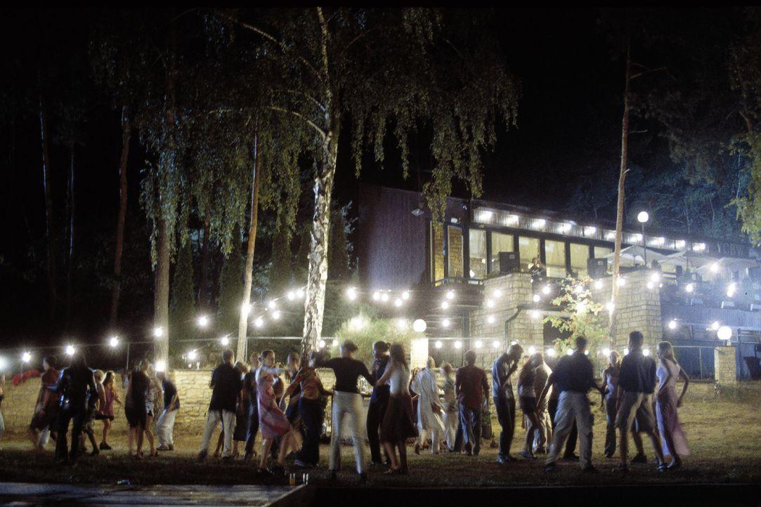 Bei der Segelclub-Party der Wannsee-Clique feiern alle ausgelassen ihr Wiedersehen und begrüßen den neuen Segel- und Tauchlehrer Thomas. - Bildquelle: Jiri Hanzl Sat.1