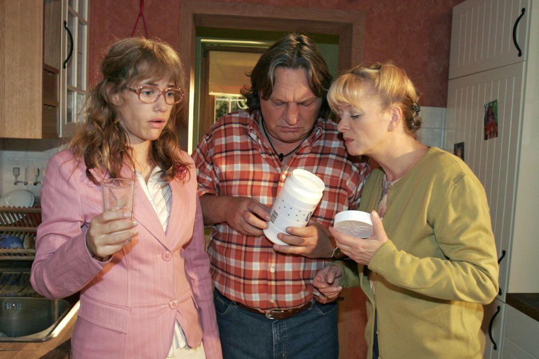 Lisa (Alexandra Neldel, l.) fühlt sich immer schlechter. Bernd (Volker Herold, M.) und Helga (Ulrike Mai, r.) sind besorgt. (Dieses Foto von Alexand... - Bildquelle: Noreen Flynn Sat.1